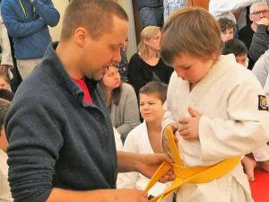 Ånge Judoklubb ger gult bälte till en utövare.