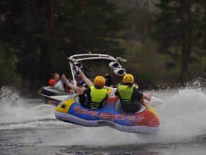 Åka ring efter sportbåt på Camp Mid Adventure.