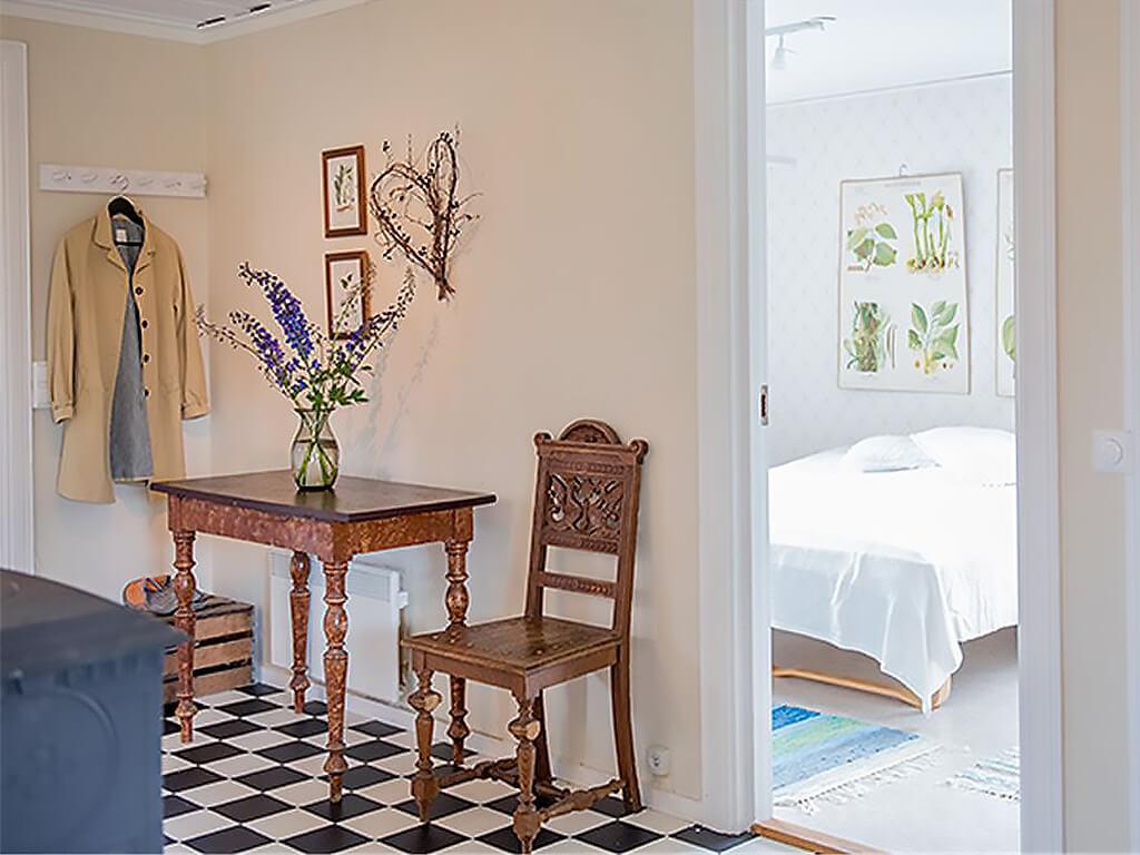 Hall och sovrum i Gårdshuset till Kristofera.