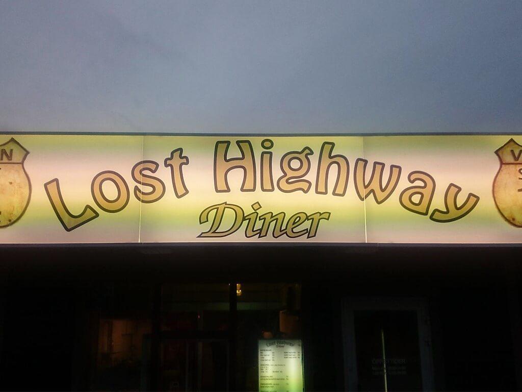 Restaurangskylten till Lost Highway E14 Diner.