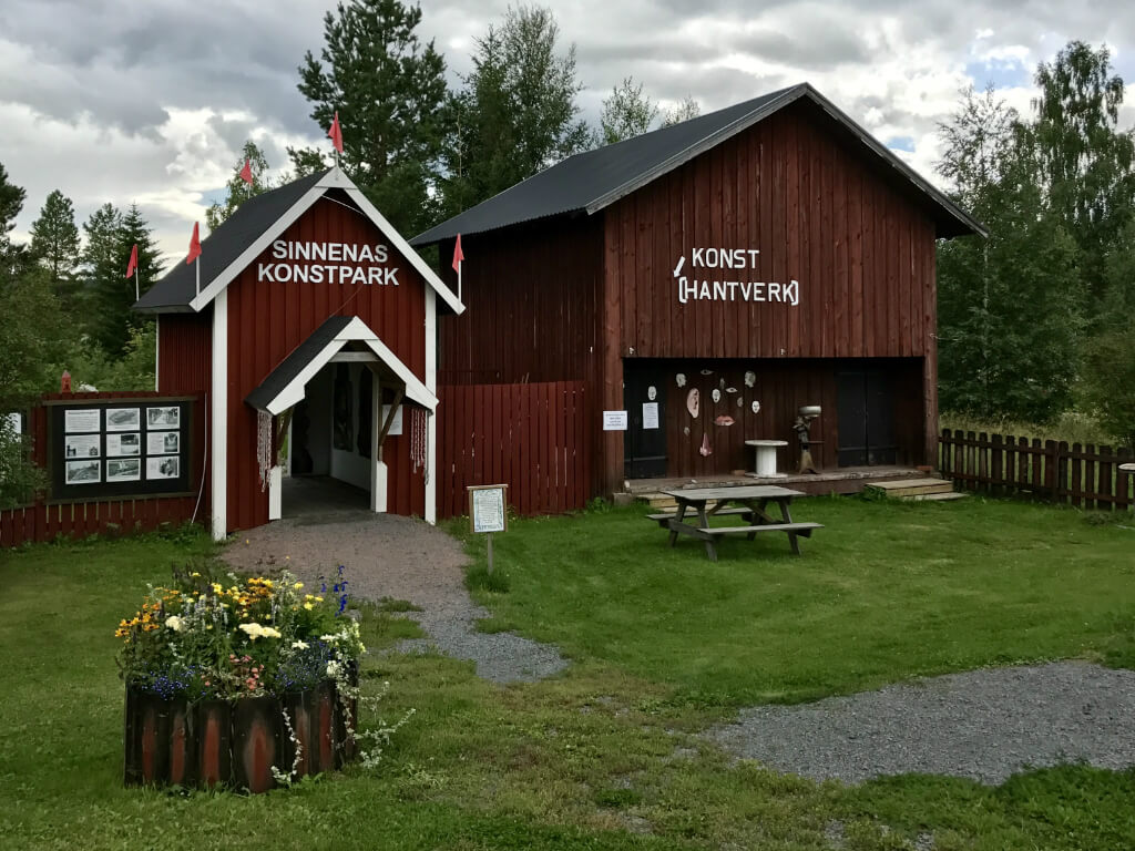 Ingången av Sinnenas konstpark vid Ånge Camping.