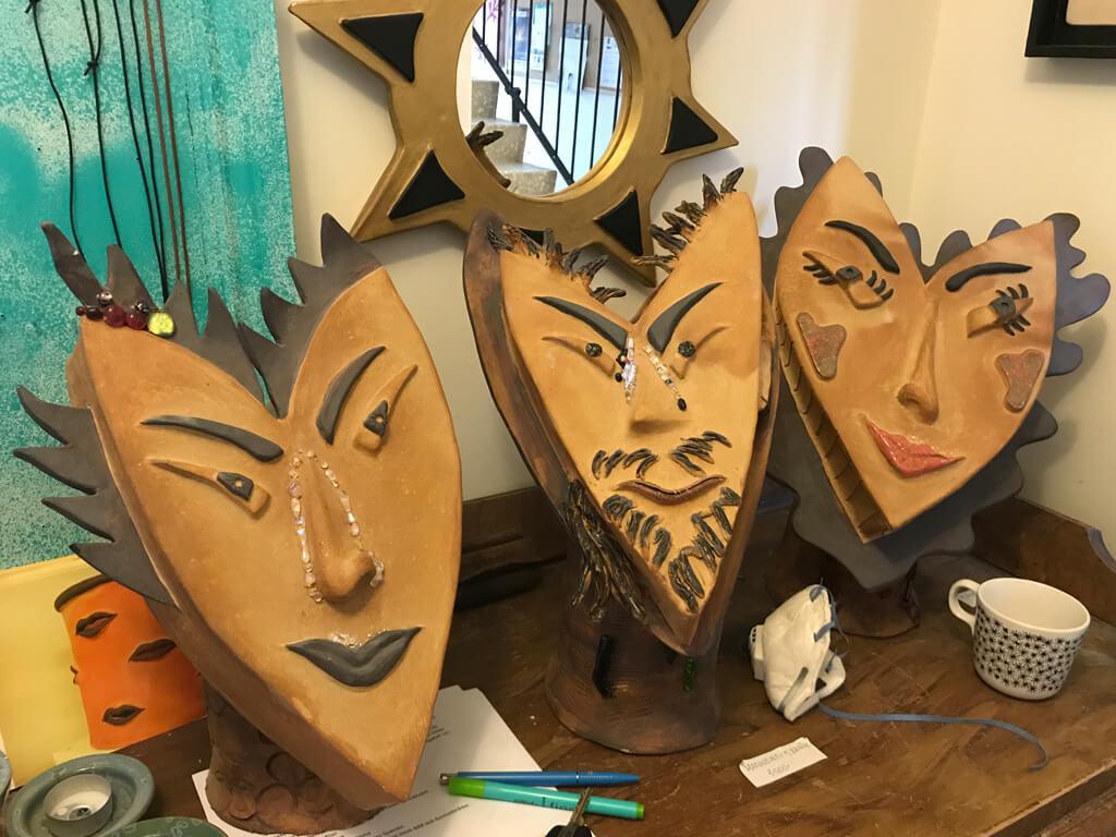 Konstverk i form av ansikten av Hellhoff Art.