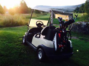 Golfbil på golfbanan vid Hussborg Golfklubb.