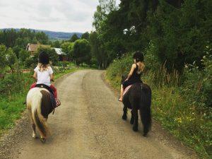 Ponnyridning hos Stall Tirsta.