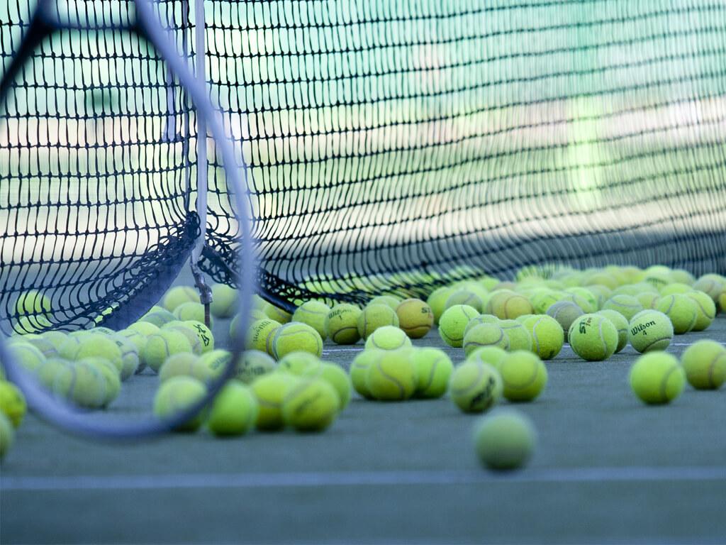 Racket och bollar på planen för Tennis i Ånge.