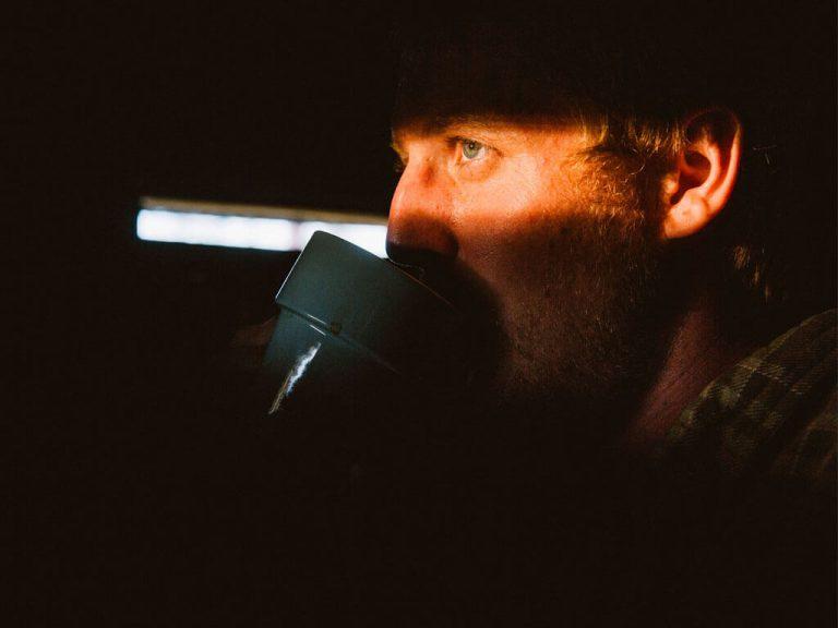 Bengt Nordström dricker kaffe i Wild Medelpad gömslet.