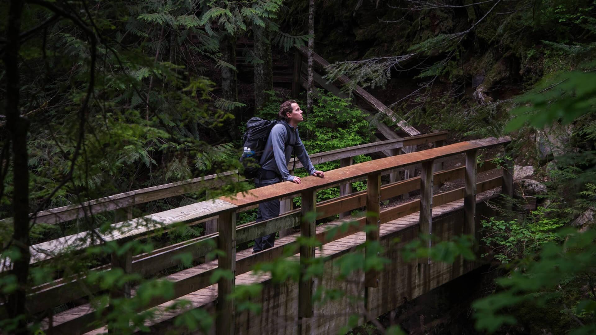 En man som vandrar S:t Olavsleden.