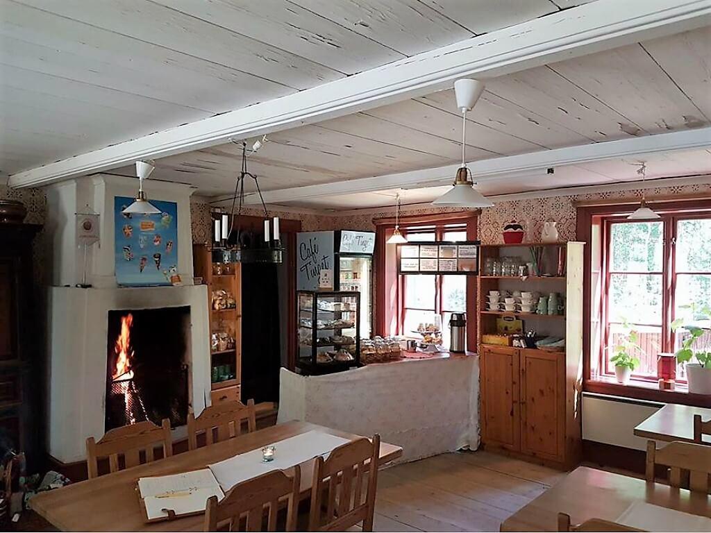 Inne på Café Tingshuset vid Borgsjö Hembygdsgård.