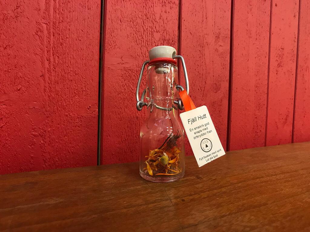 Fjäll Hutt är en god kryddsnaps med torra kryddor från skog och örtträdgård.