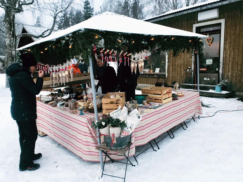 Julmarknad på Löfstrandhs Café och Lanthandel .